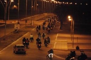 Arrestan a 15 motoqueros por causar daños y evadir a la policía
