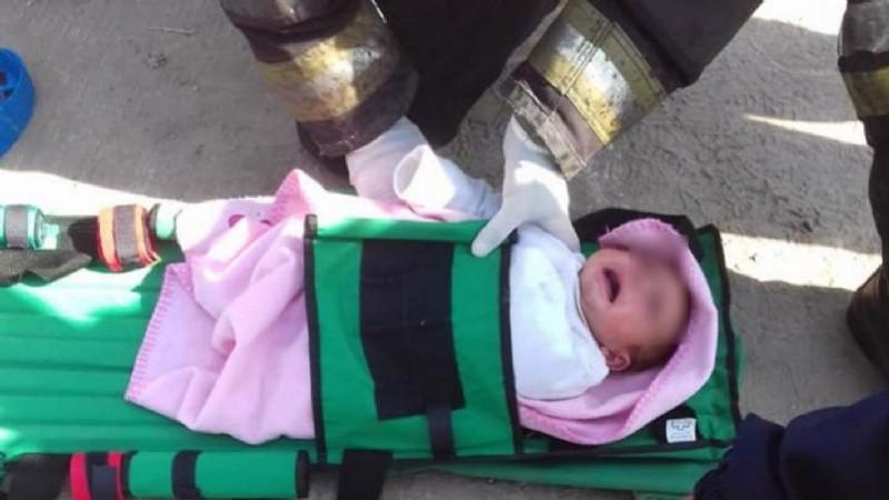Rescatan a una beba que cayó a un desagüe