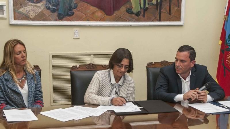 """Firmaron convenio para la urbanización del B° """"Papa Francisco"""""""