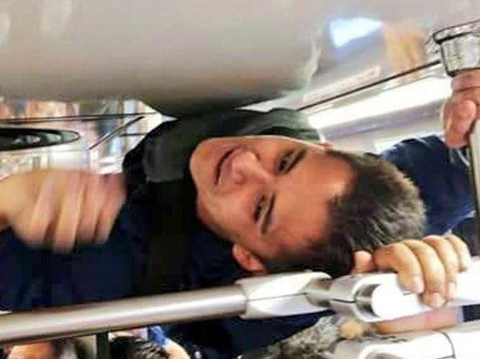 UNA LOCURA: Viaja en barandales del tren para no llegar tarde a su trabajo