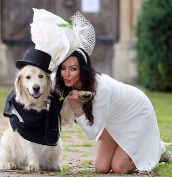 Una modelo se casó con su perro y generó repercusión en las redes