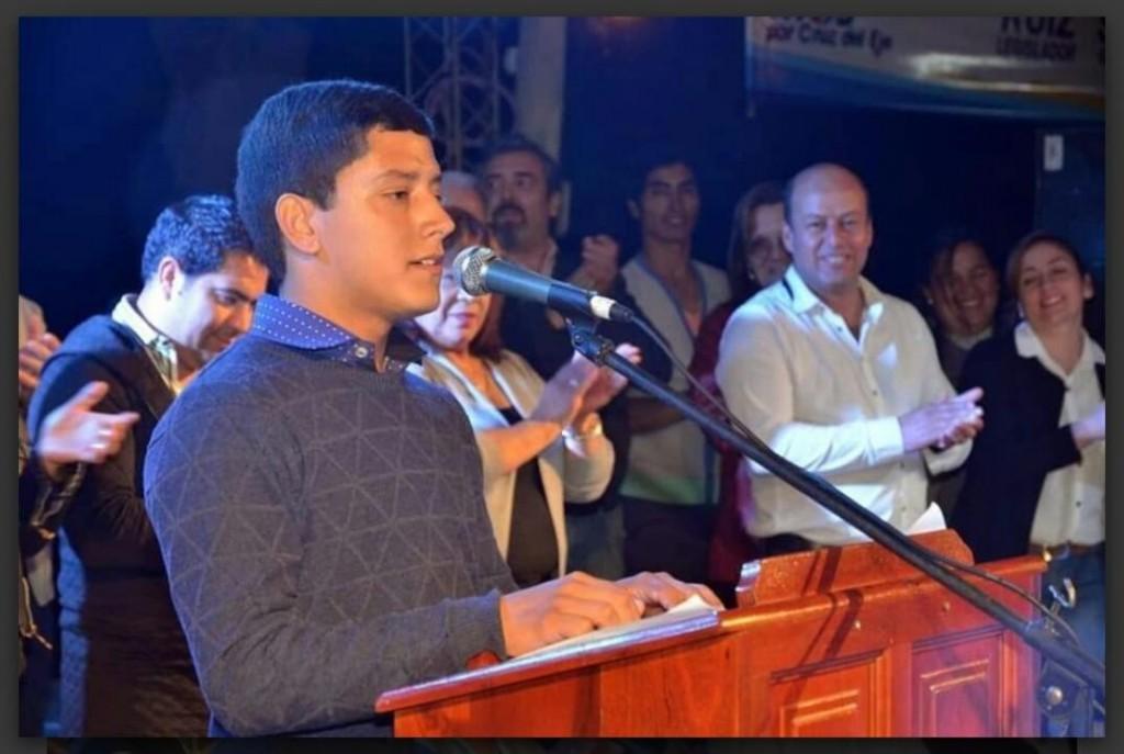 Tiene 19 años, no terminó la secundaria, pero reemplazará a su papá como intendente de una localidad de Córdoba
