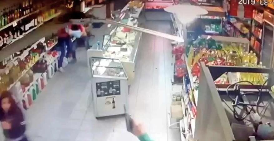 Forcejeos y tiros al aire: dos empleadas de un supermercado enfrentaron a motochorros
