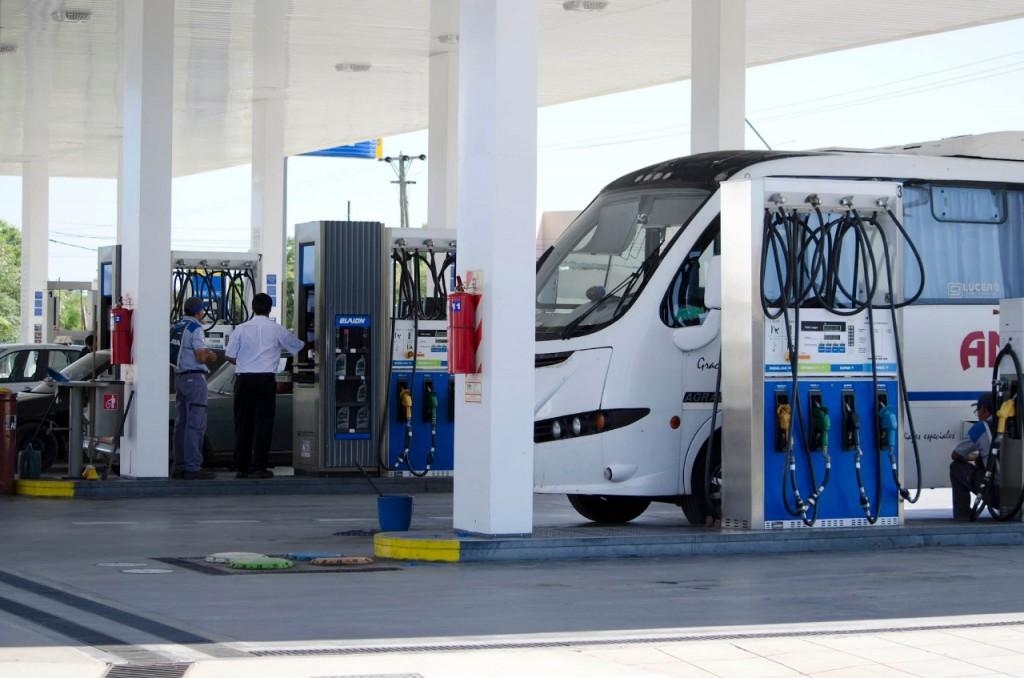 Para avanzar con el congelamiento de los combustibles por tres meses, el Gobierno tendrá que negociar con las petroleras