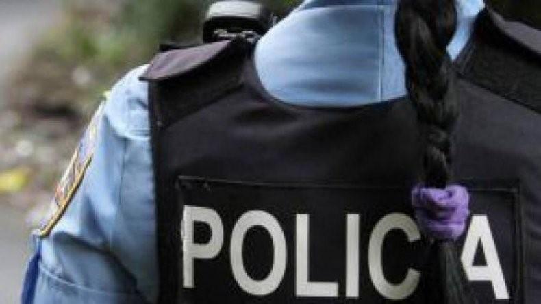 En un procedimiento golpearon Y manosearon a una mujer policía