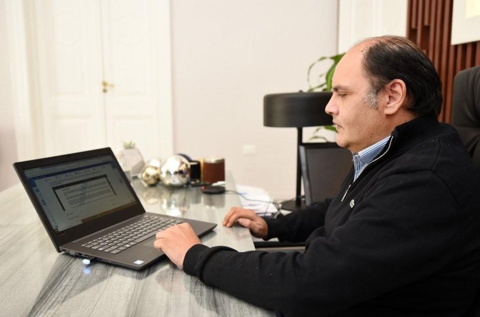 Saadi firmó el primer decreto digital en la Provincia
