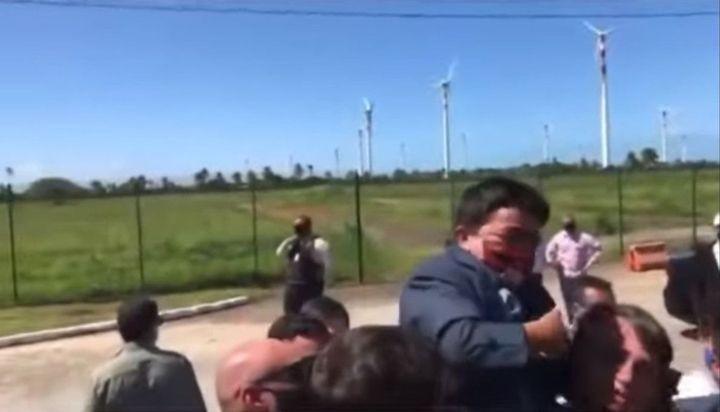Video: Bolsonaro levantó en sus brazos a un enano pensando que era un niño