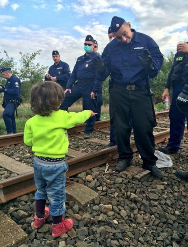 Un policía se conmueve cuando un niño refugiado le ofrece una galleta