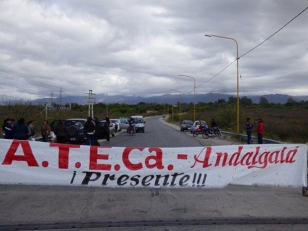 ATECa cortó ruta 46 en Andalgalá,reclaman por el nomenclador