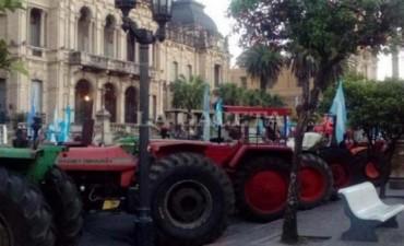 Agricultores:Manzur y Alperovich están incitando a la violencia, avisan que no se moverán de la Plaza