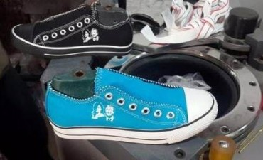 Clientelismo K: reparten las zapatillas de Néstor y Cristina