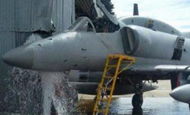 Un avión chocó en una base militar y murió un suboficial