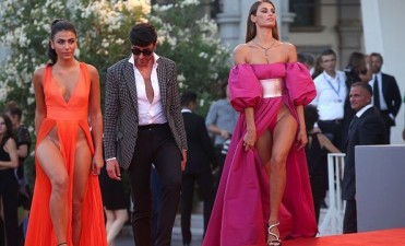 Modelos en taparrabos en el Festival de Cine de Venecia