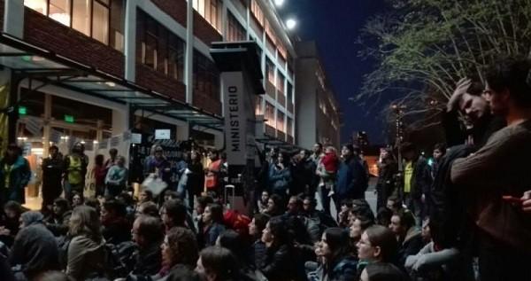 Científicos pasaron la noche en el Ministerio de Ciencia contra los recortes en Conicet