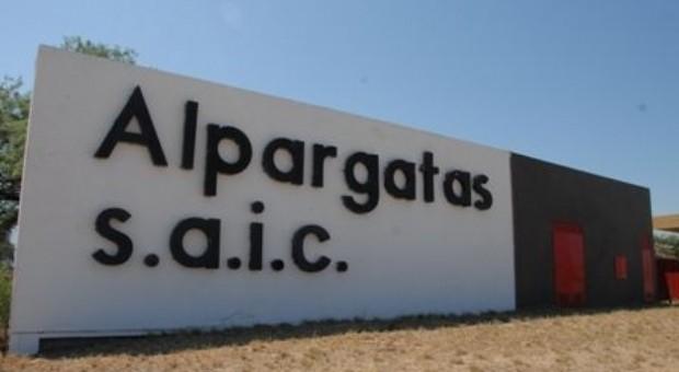 Crisis en la industria nacional: Alpargatas decidió no trabajar los días viernes