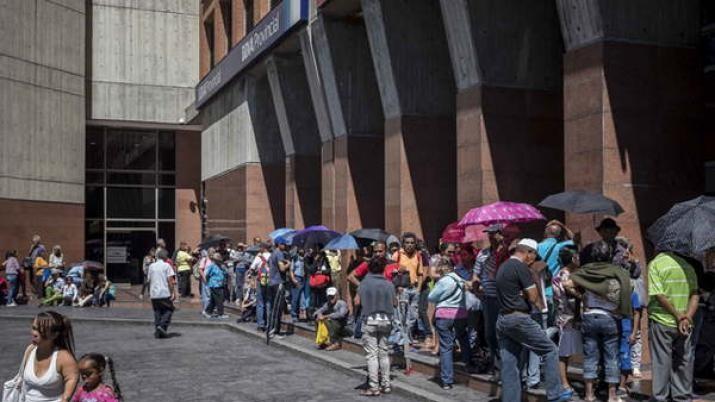 Jubilados venezolanos hacen largas colas para cobrar sus pensiones de 30 dólares