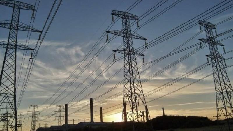 El Gobierno suspendió el traspaso de la tarifa social de luz a las provincias