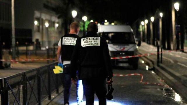 Posible ataque terrorista en París: afgano hiere a siete personas con un cuchillo