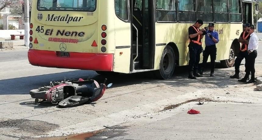 Niñas de 12 años a bordo de una moto chocaron contra un colectivo