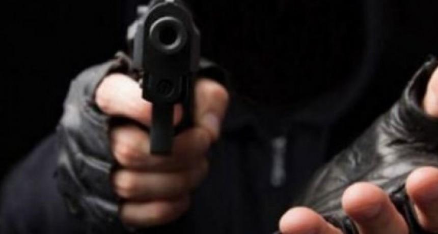 Motochorros, a punta de pistola, le robaron el celular a un automovilista