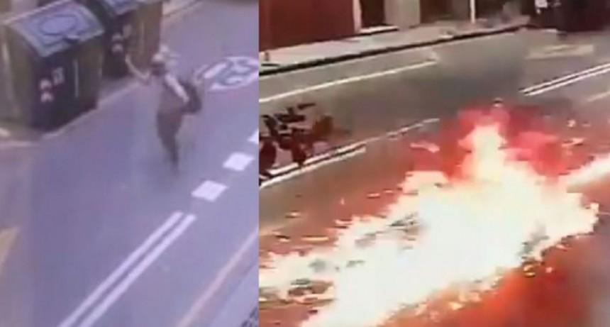 VIDEO |Encampuchados Atacaron sede de Gendarmería con bombas molotov