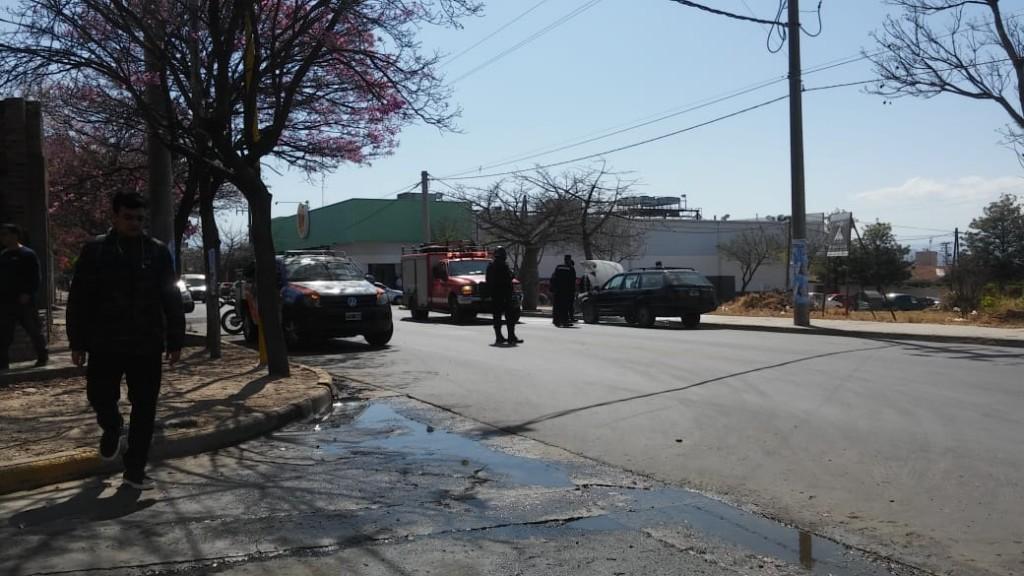 Bomberos apagan incendio de un auto estacionado