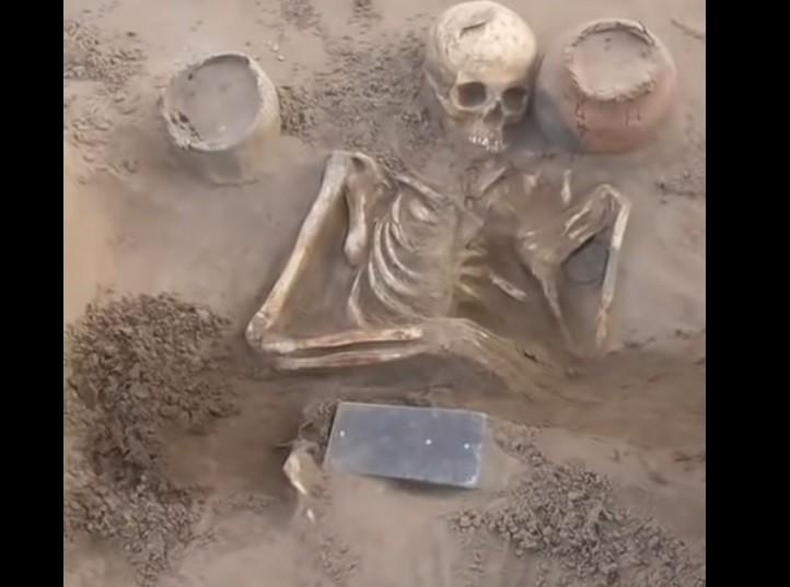 Arqueólogos encuentran un iPhone de 2.100 años de antigüedad en una tumba