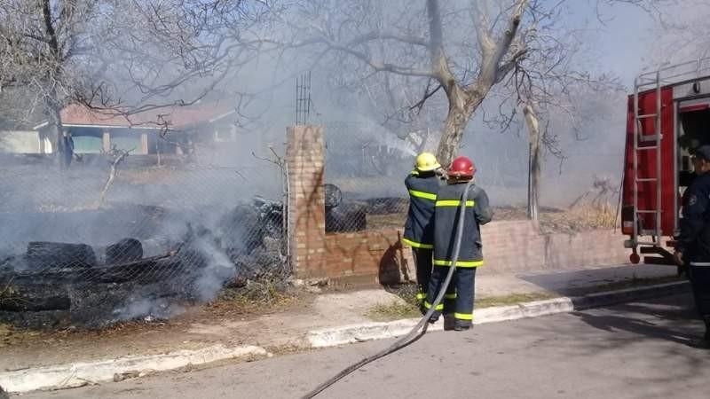 Bomberos combatieron incendios en Pomán