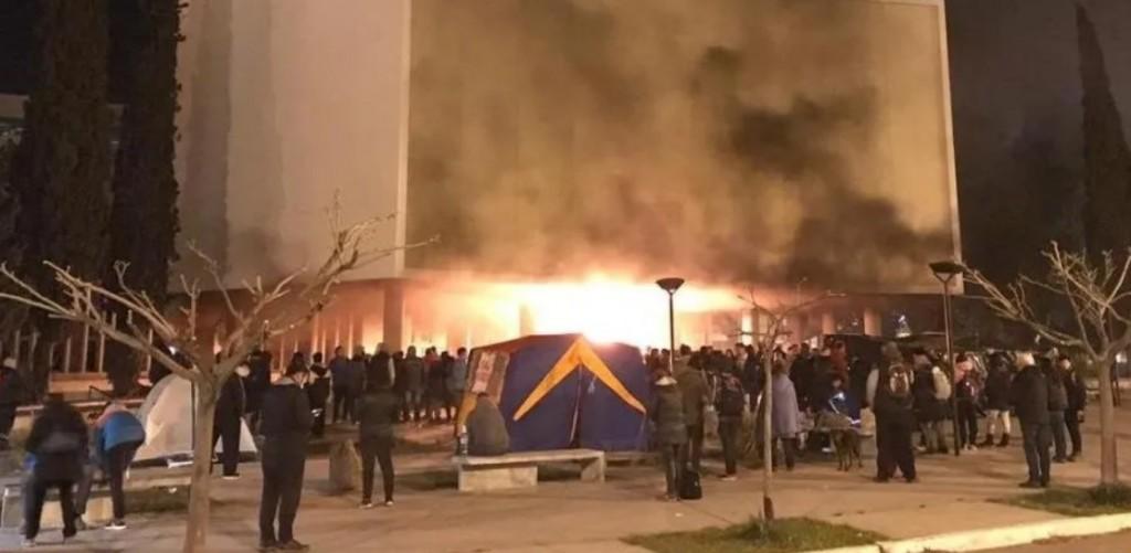 Chubut: Bronca contra el gobernador, dos muertos en choque y fuego en la Legislatura