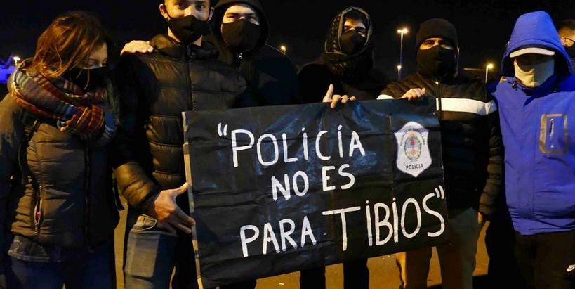 """Protesta policial: """"Nos piden que no corramos motochorros para no romper los patrulleros"""""""