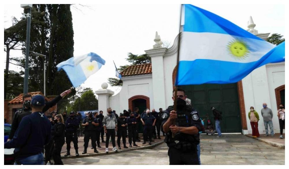Tensión: Militantes y simpatizantes se manifestan en contra de la policía  y a favor de Fernández