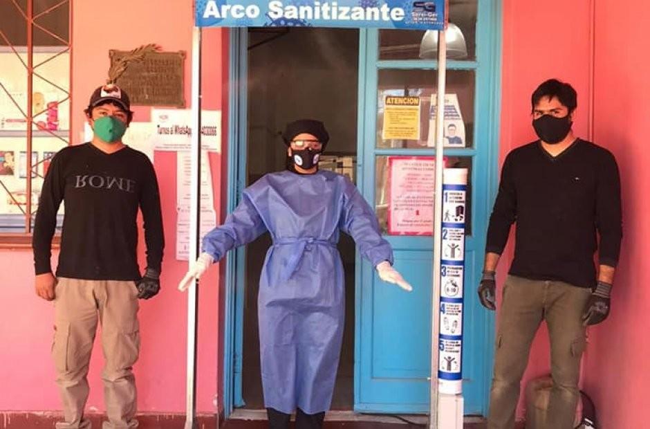 Dos jóvenes donaron un arco sanitizante para el hospital Belén