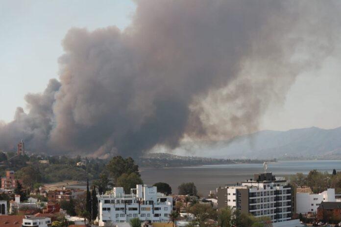 Dos focos de incendio entre Santa Cruz del Lago y Carlos Paz: el fuego avanza hacia las viviendas (videos)