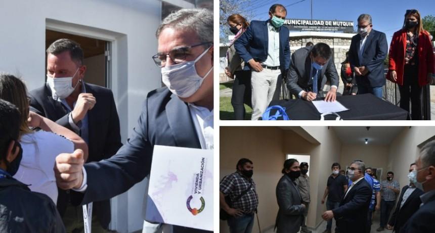 El equipo de gobierno entregó netbooks, maquinaria y viviendas en Mutquín y Saujil