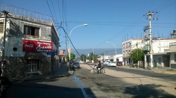 Camión arrasó con el tendido eléctrico en la Güemes