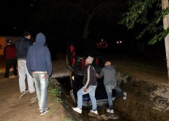 Un auto cayó a un canal de riego en San Isidro