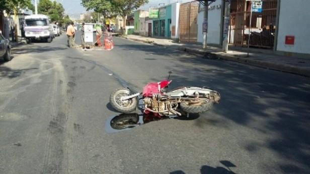Motociclista fue atropellado por un auto que se dio a la fuga
