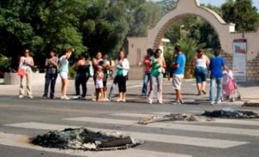 Manifestantes reclaman materiales de construcción frente al CAPE