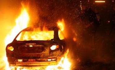 Pirómano incendio varios vehículos y fue arrestado