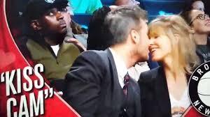 Marcelo Tinelli y Guillermina Valdés en la Kiss Cam en un partido de la NBA