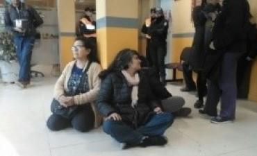 Asamblea Jáchal no se toca, encadenada en la municipalidad departamental
