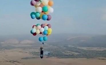 Infló 100 globos de helio y salió volando como en
