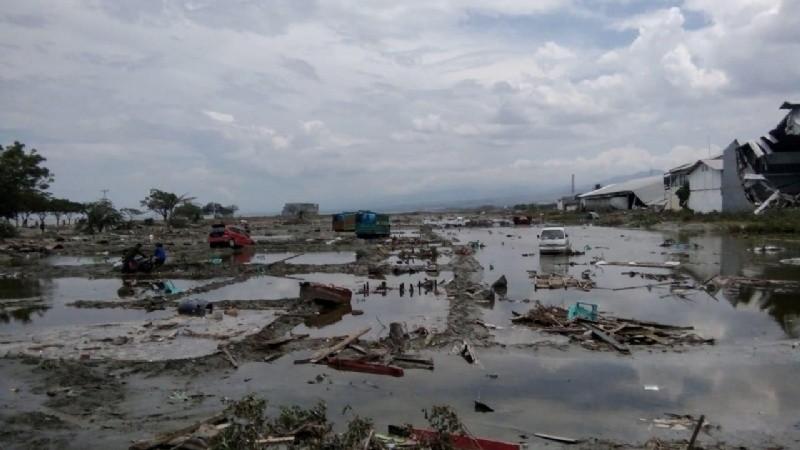 Más de 830 muertos, entierros masivos y desaparecidos por el tsunami en Indonesia