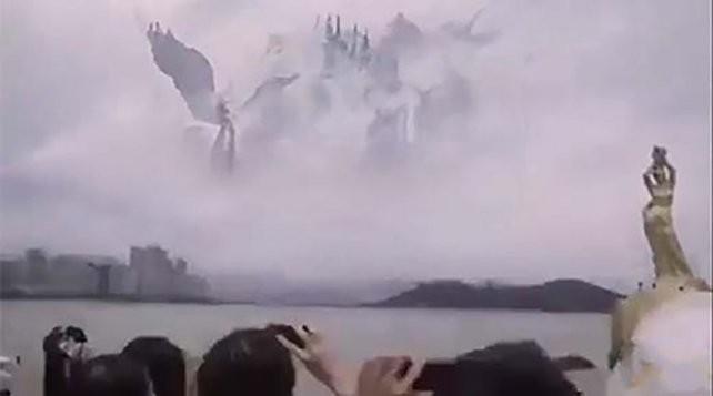 """Miles de personas avistaron """"angeles y un reino celestial"""" en el cielo (VIDEO)"""