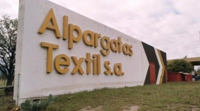 Trabajador despedido de Alpargatas murió de un paro