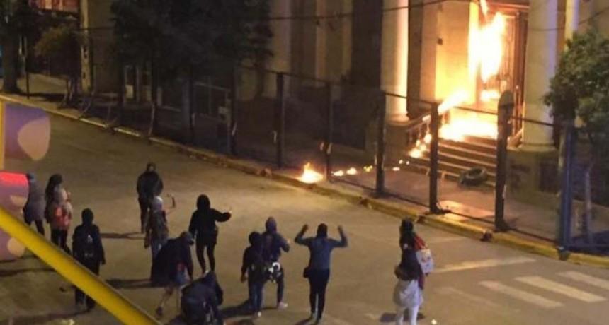 Feministas quisieron quemar una iglesia y se enfrentaron con la policía