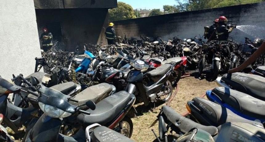 Policías hicieron un asado y se quemaron 77 motos