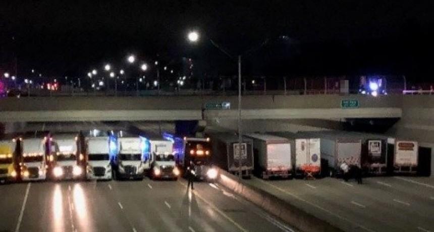 Impiden suicidio con fila de Camiones bajo un puente