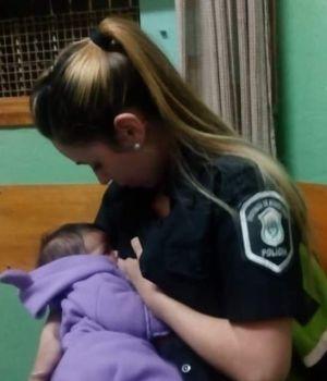 Conmovedor: mujer policía amamantó a una beba