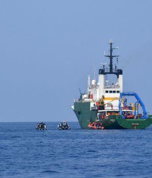Detectan señal de la caja negra del Boeing accidentado en Indonesia